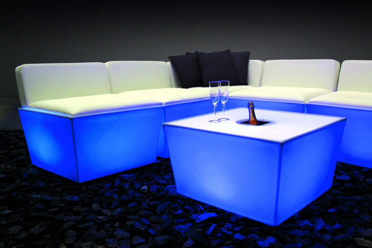 Tables, salons, canapés, fauteuils